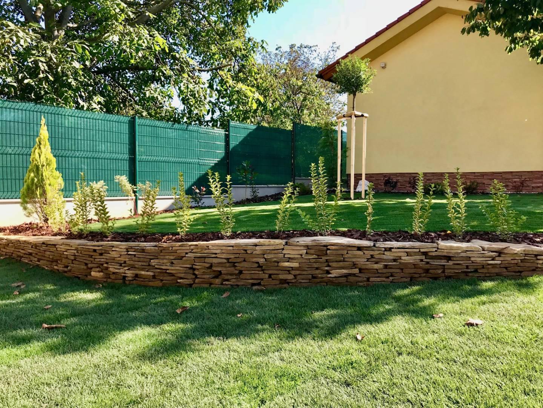 kamenny murik v zahrade