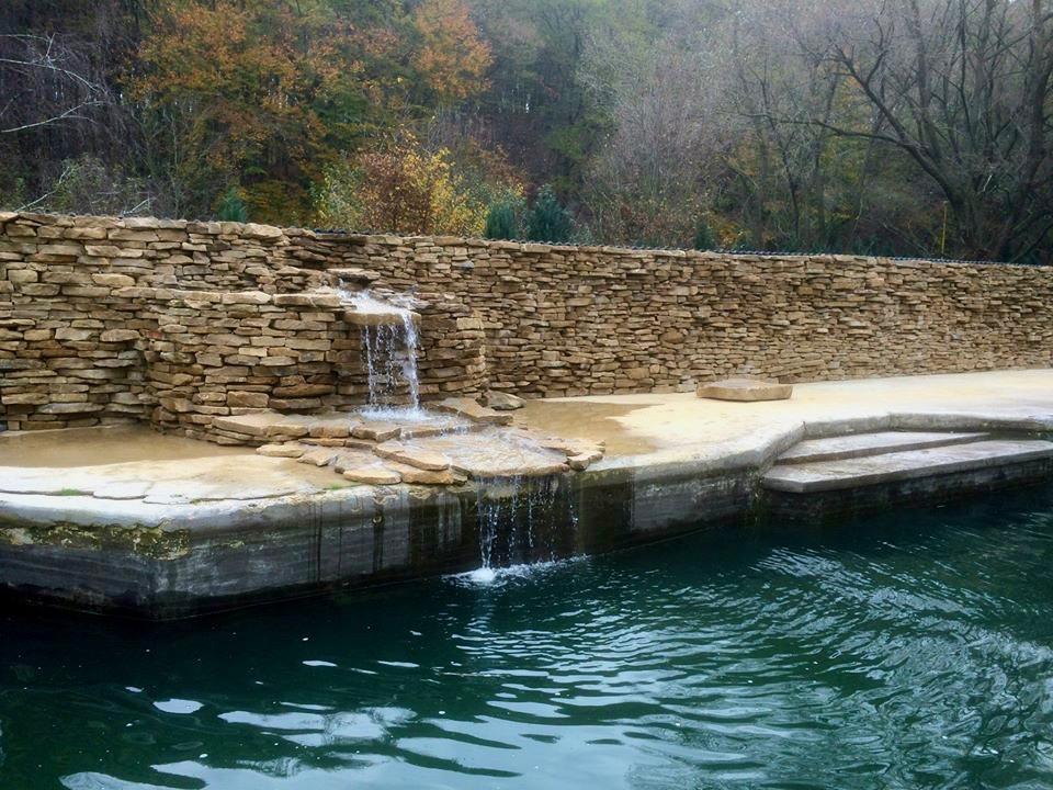 Kamenný vodný prvok v záhrade
