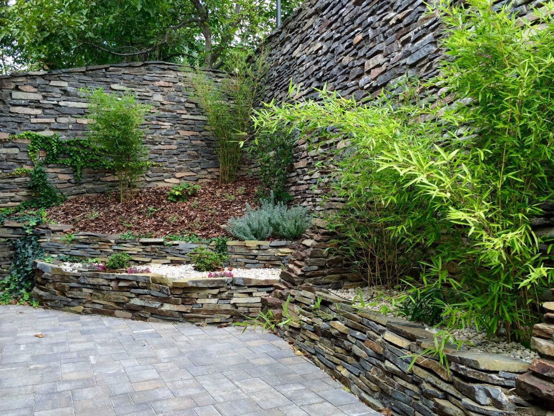 Kamenný múrik v záharade
